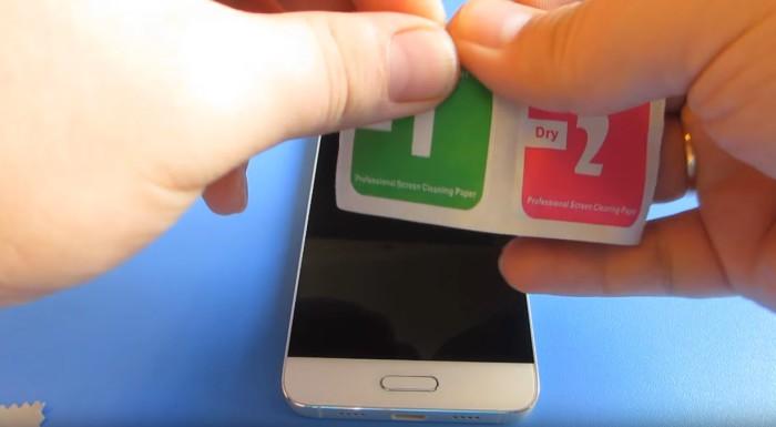 При помощи влажной салфетки, предназначенной для телефонов, протрите экран